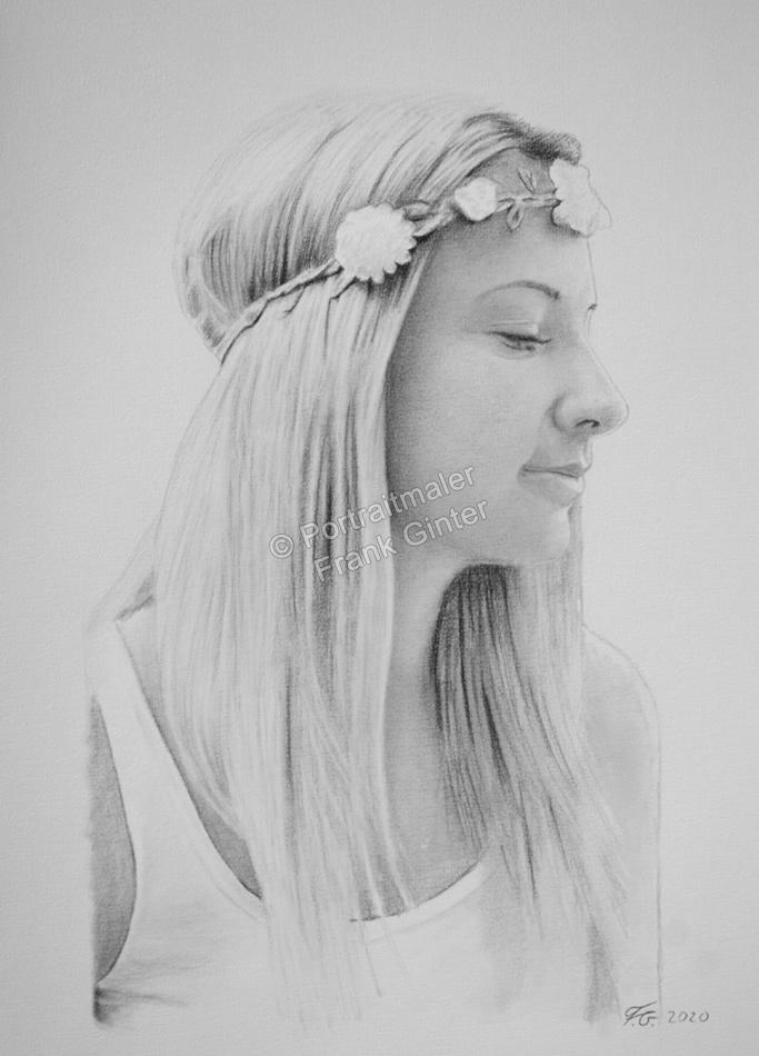 Portraitzeichnung einer jungen Frau als Kohlezeichnung vom Foto